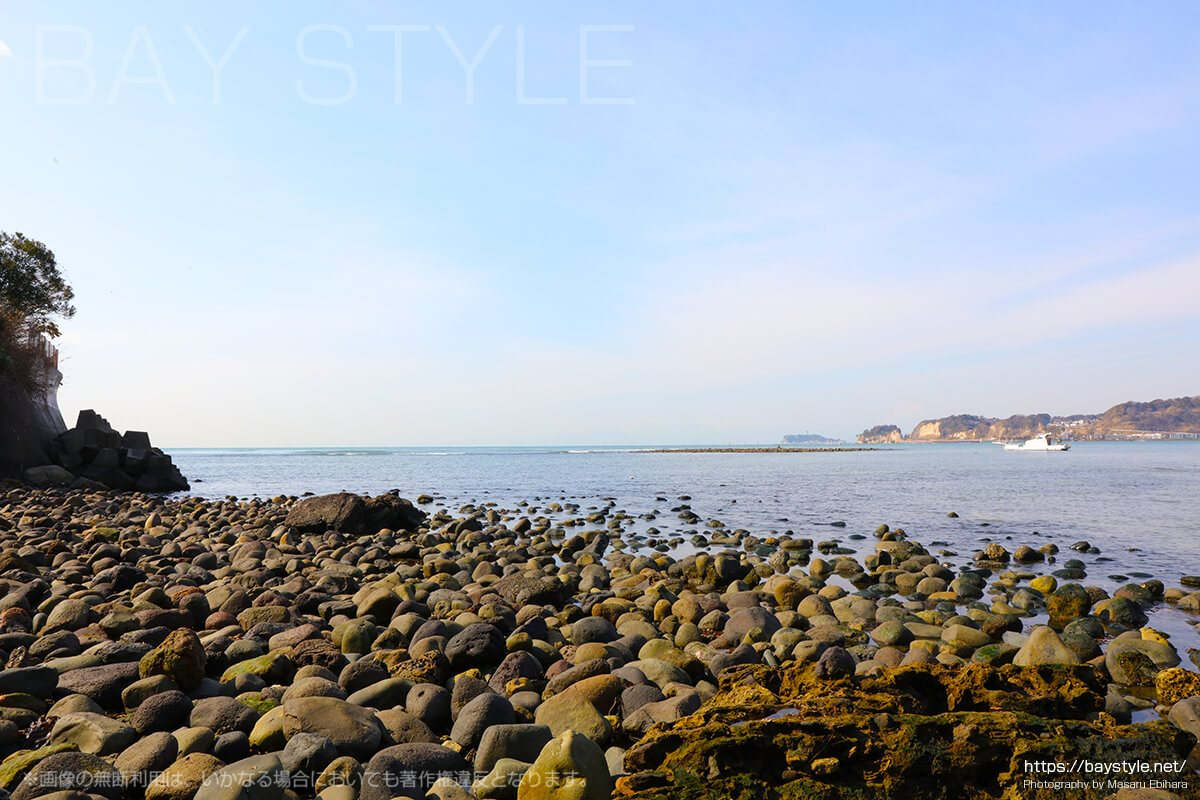 港の痕跡となるゴツゴツとした丸い大きな岩場