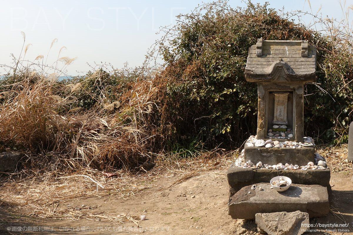 材木座海岸の先にある石碑
