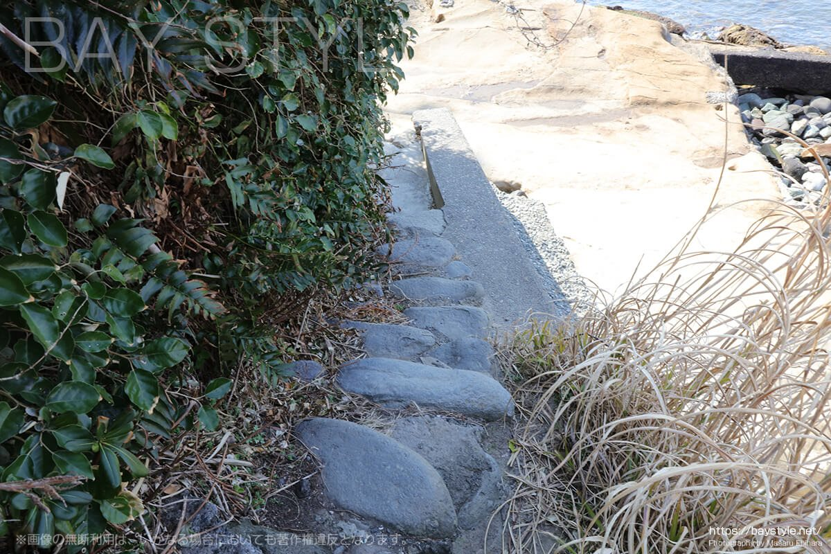 材木座海岸奥にある石の階段