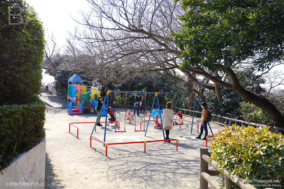 披露山公園内のブランコと遊具