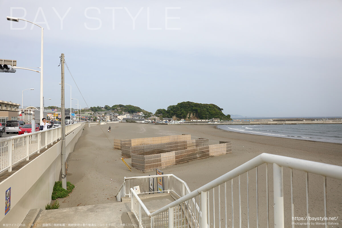 片瀬東浜海水浴場と腰越海岸の境界線付近から腰越海岸方面を見た風景