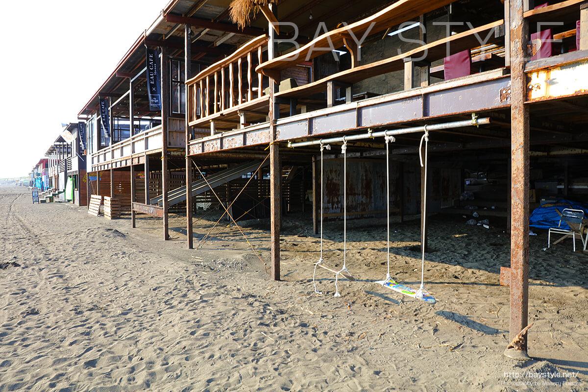 片瀬西浜海水浴場側の海の家は高床式