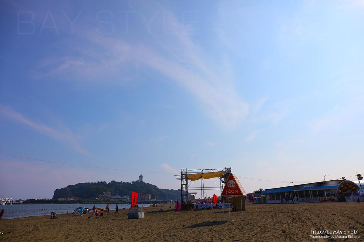 片瀬東浜海水浴場側の海の家は平屋建て