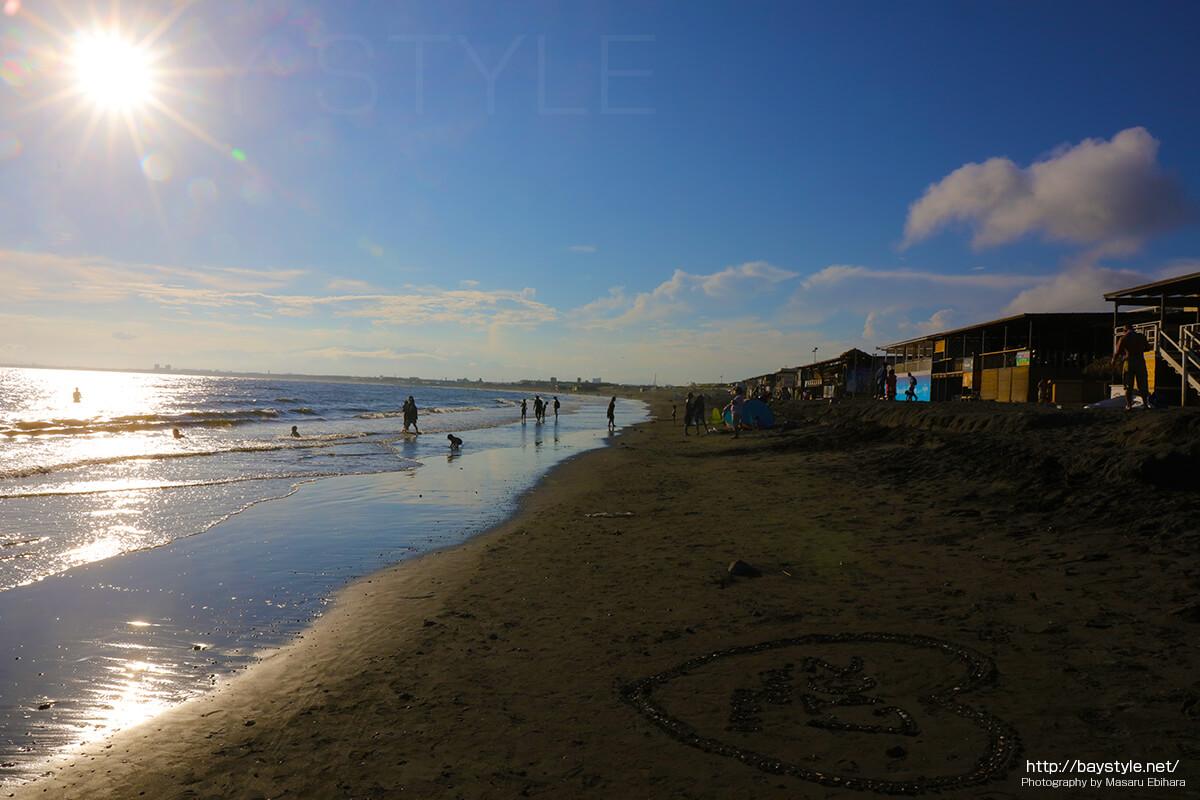 片瀬西浜海水浴場側は海の家から砂浜までが短い