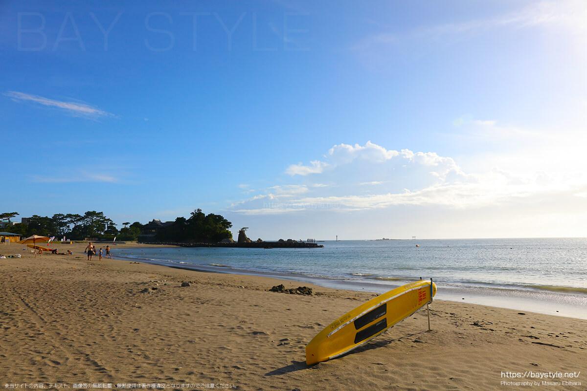 森戸海岸海水浴場の広い砂浜
