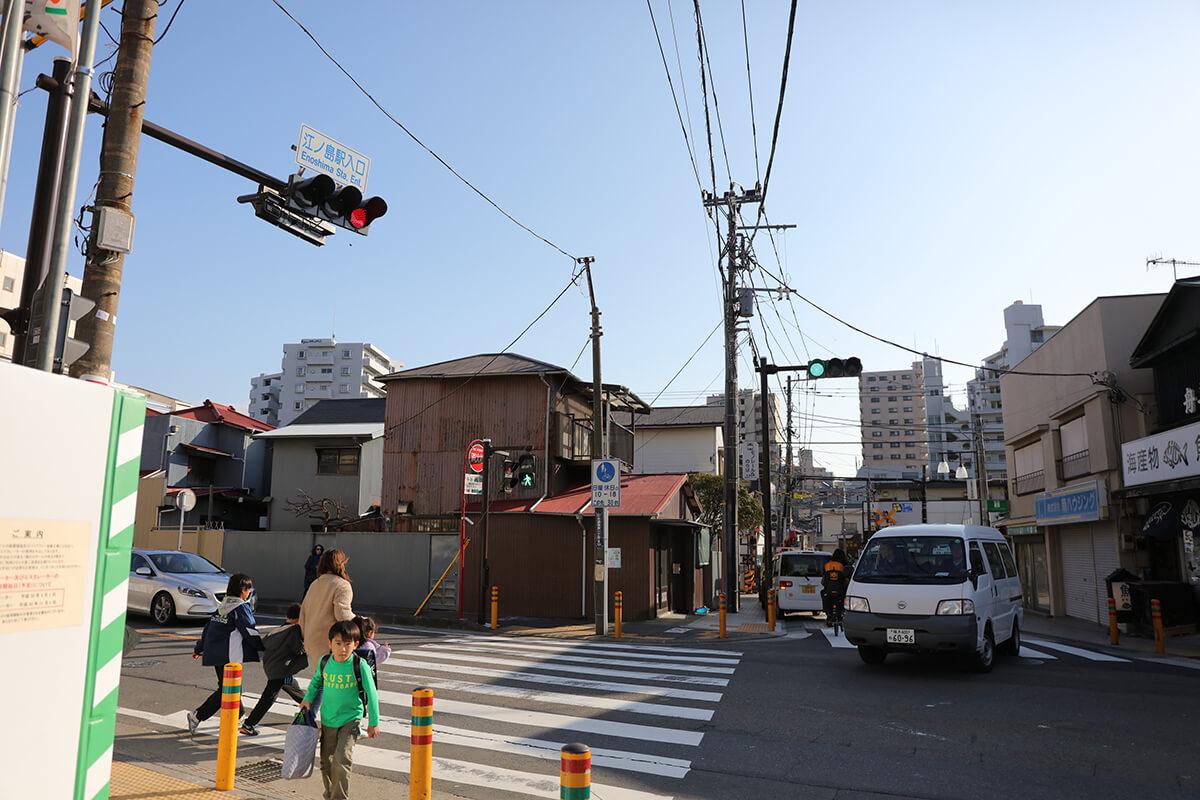 江ノ島駅入口の信号がある交差点