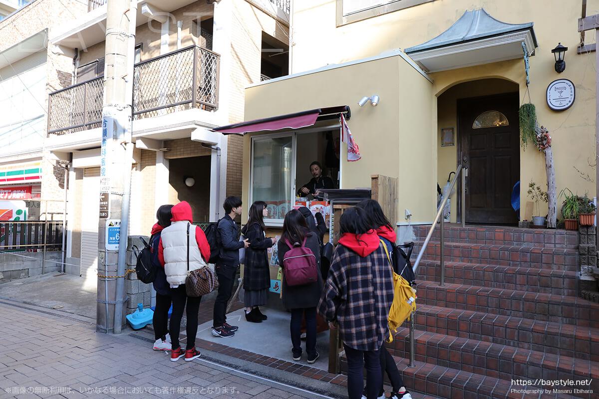 江ノ電江ノ島駅から江ノ島方面へと向う商店街にあるたこせんべい