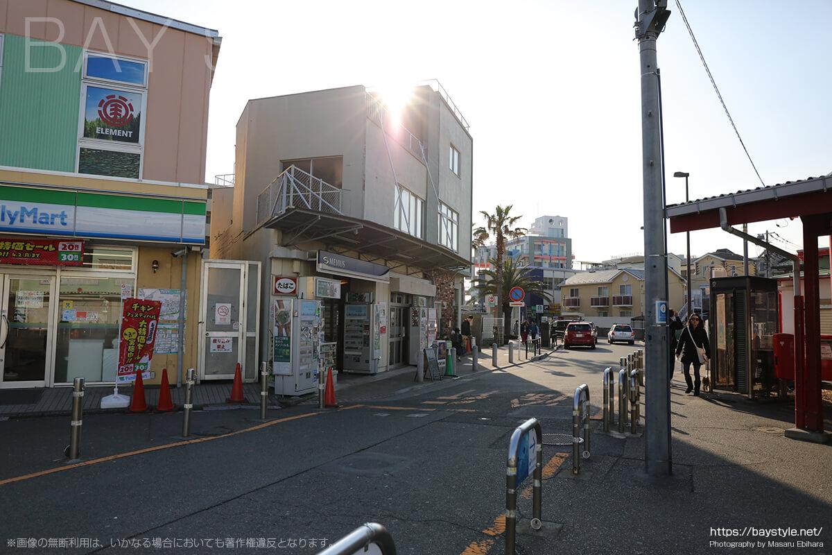 小田急線片瀬江ノ島駅から、片瀬江ノ島西海岸へ向う道