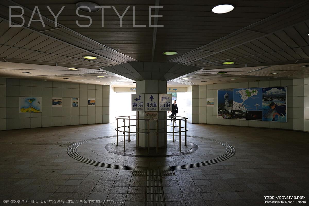 江ノ島入口の交差点の地下道の分岐
