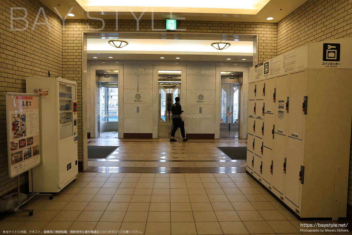 ランドマークプラザ1階のエレベーターホール手前のコインロッカー