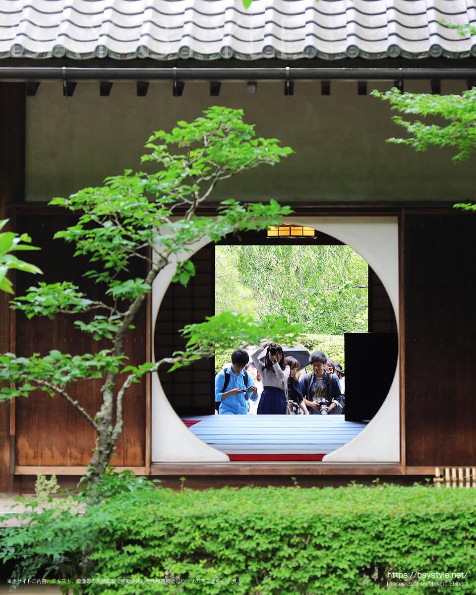 明月院の円窓(悟りの窓)