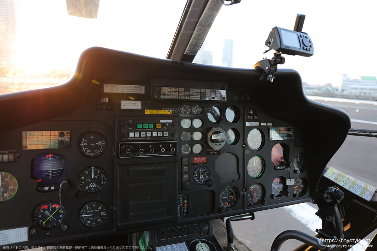 続いてヘリコプターの操縦席周り