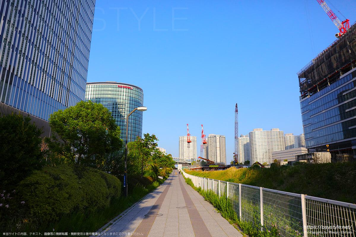 横浜駅東口からみなとみらい方面へと向う