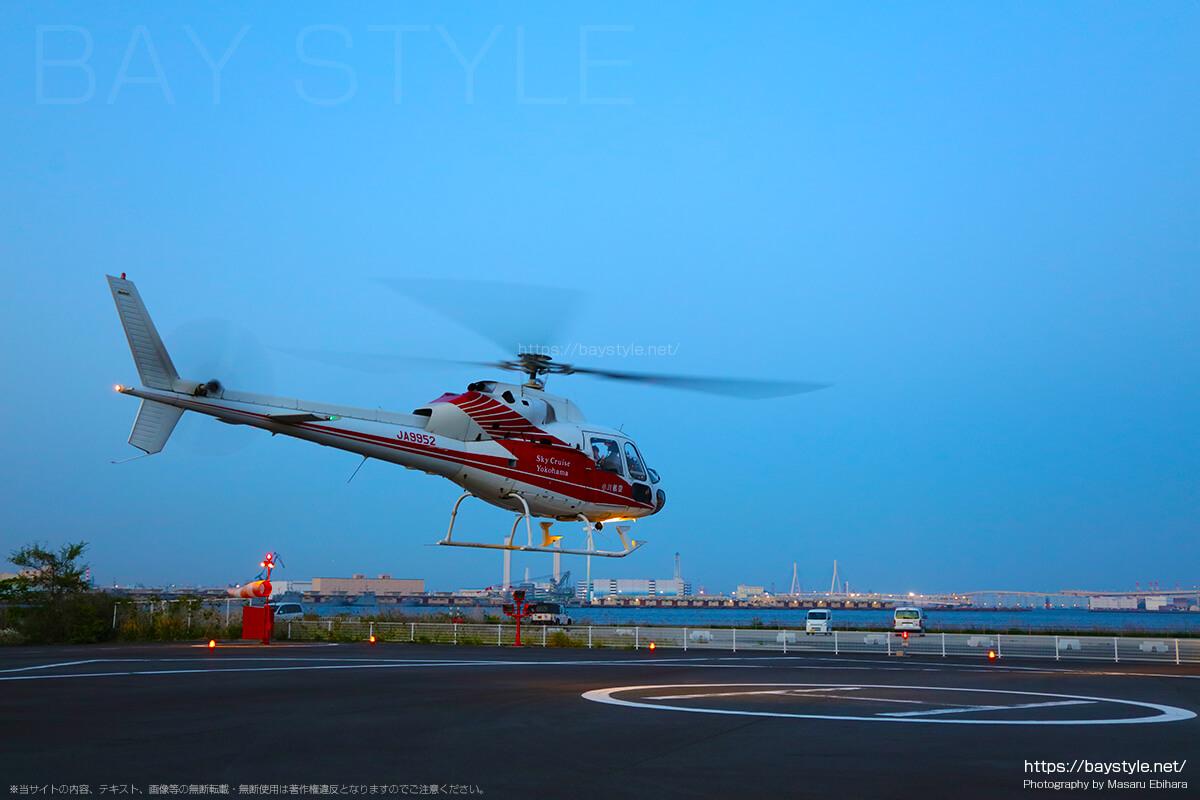 クルージングへ出発するヘリコプター