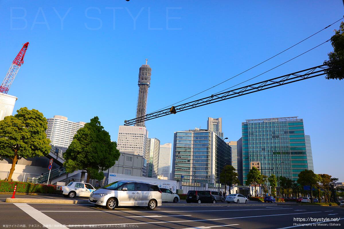 鉄塔がある横浜メディアタワー方面へと向う