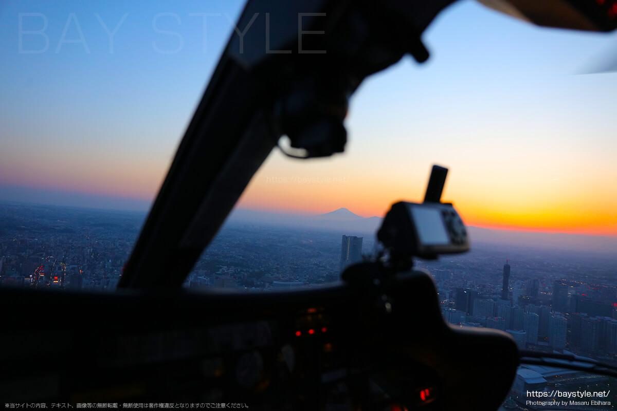 富士山側へ旋回するヘリコプター