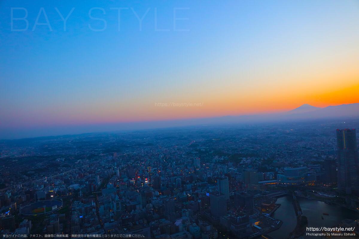 夕暮れの富士山とみなとみらいの夜景