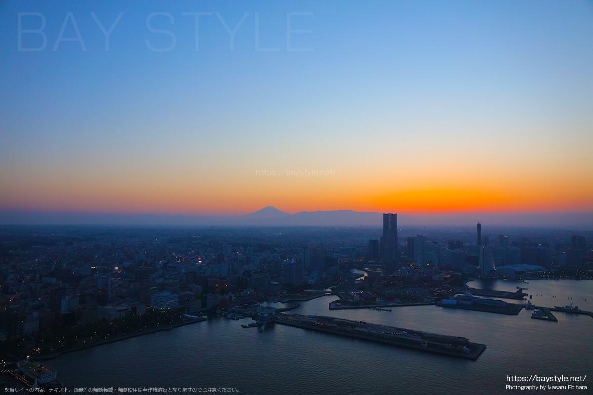 夕暮れの横浜港上空から眺める富士山