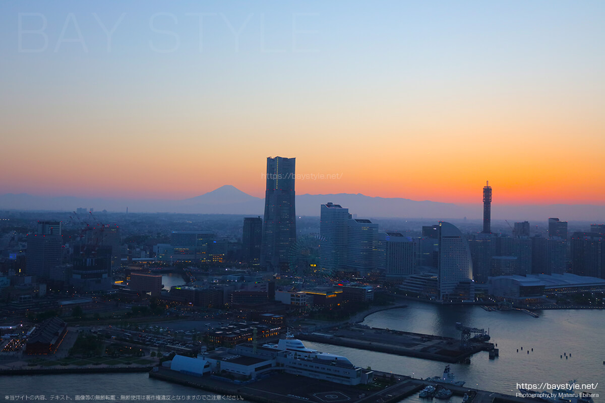 夕暮れの横浜港上空