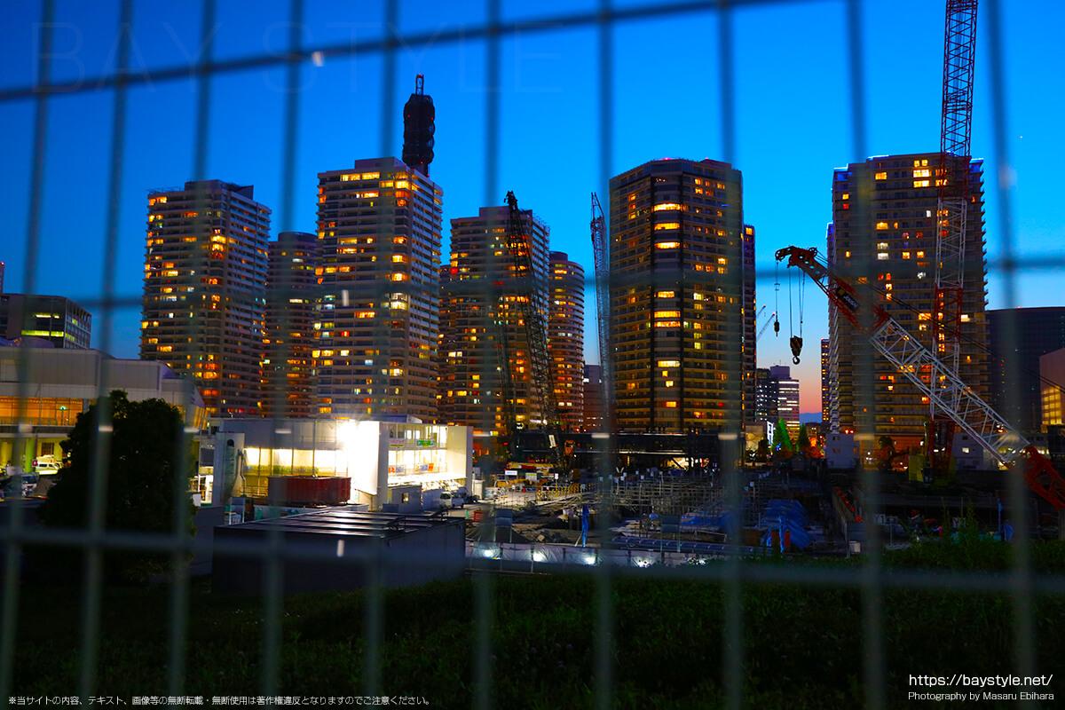 臨港パーク内から超高層マンション群(M.M.TOWERS)側の夕暮れ