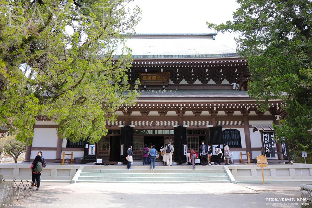仏殿に訪れる参拝客