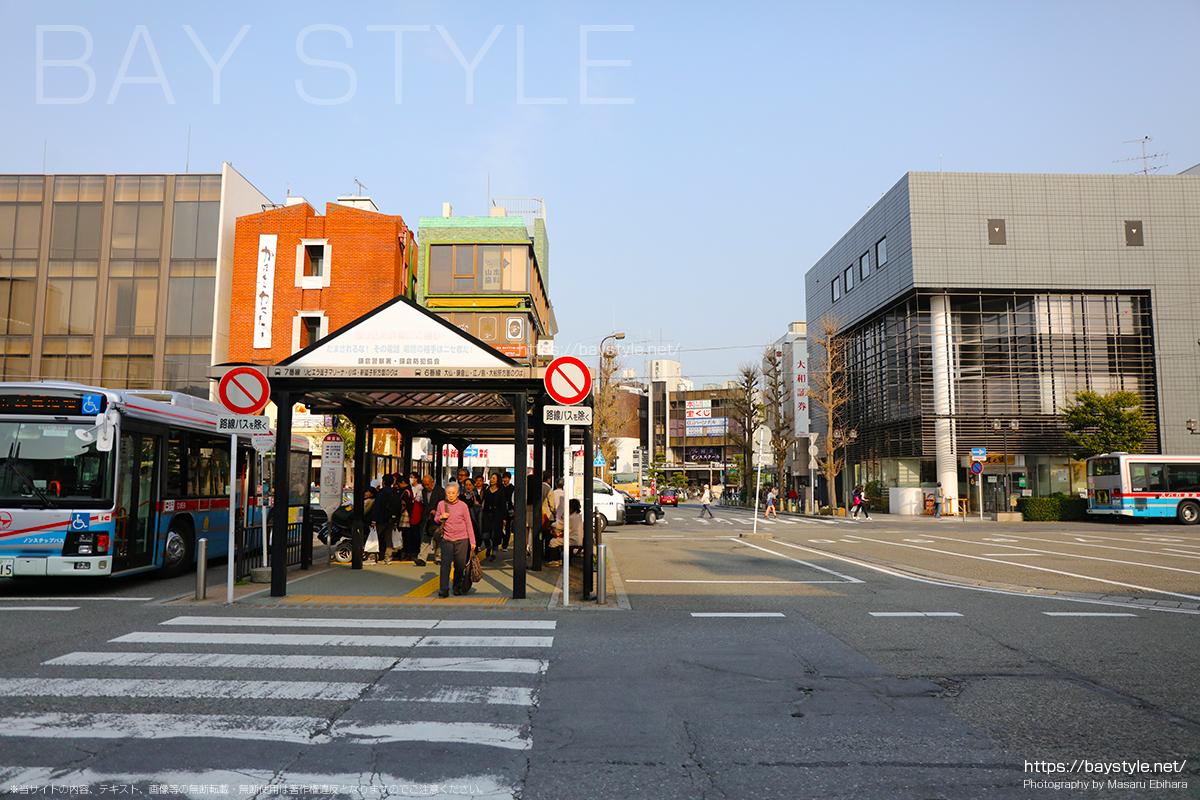 鎌倉駅東口改札前のバスのロータリー