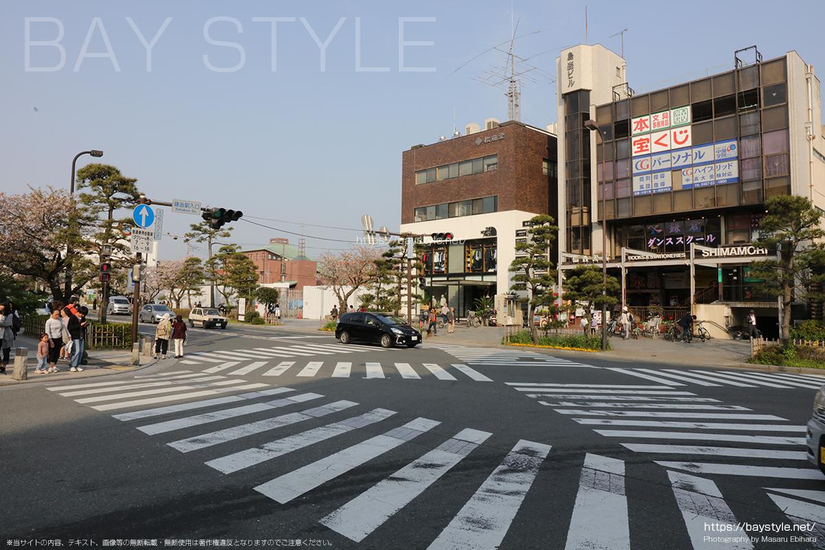 鎌倉駅入口の信号を右折する