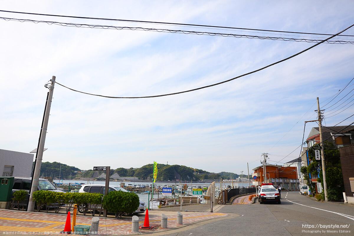 葉山で駐車違反を取り締まるパトカー