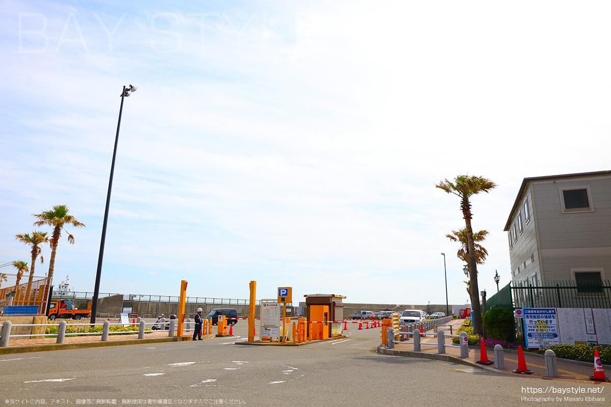 葉山港駐車場の入口
