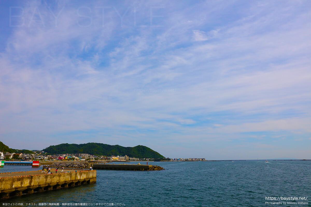 葉山港で釣りを楽しむ人たち