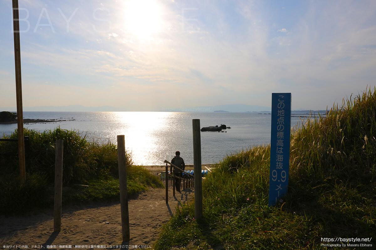 長者ヶ崎海水浴場の海岸へ続く階段