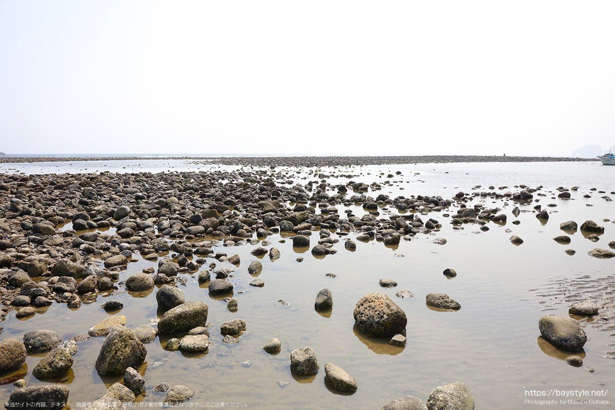 和賀江島まで続く干潮時の材木座海岸の岩場