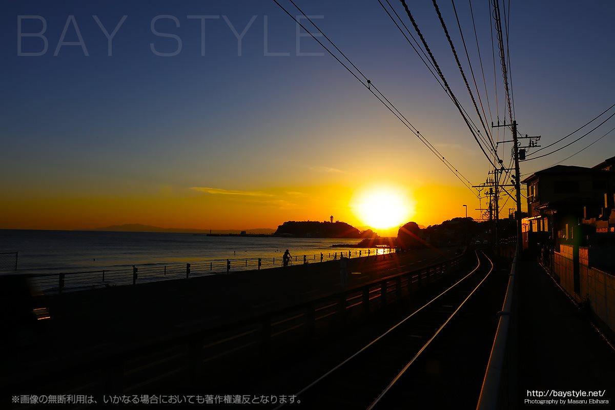 鎌倉高校前駅前での夕暮れを走行する自転車