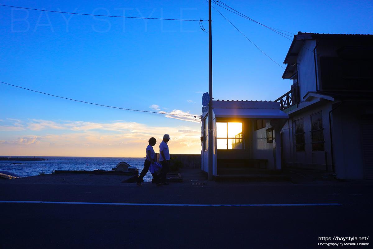 夕暮れに撮影した真名瀬のバス停