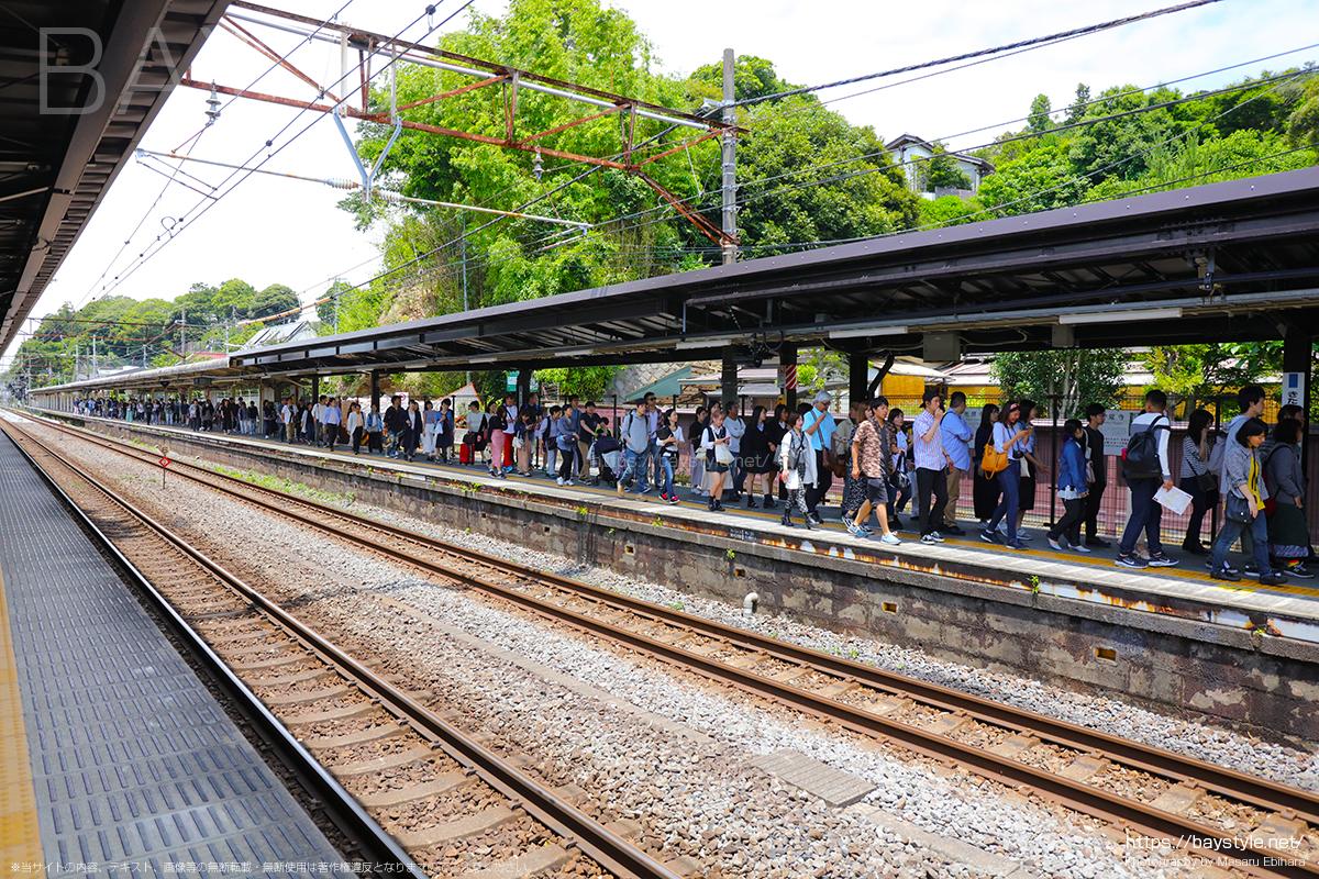 6月中旬日曜日、午後1時の北鎌倉駅の行列