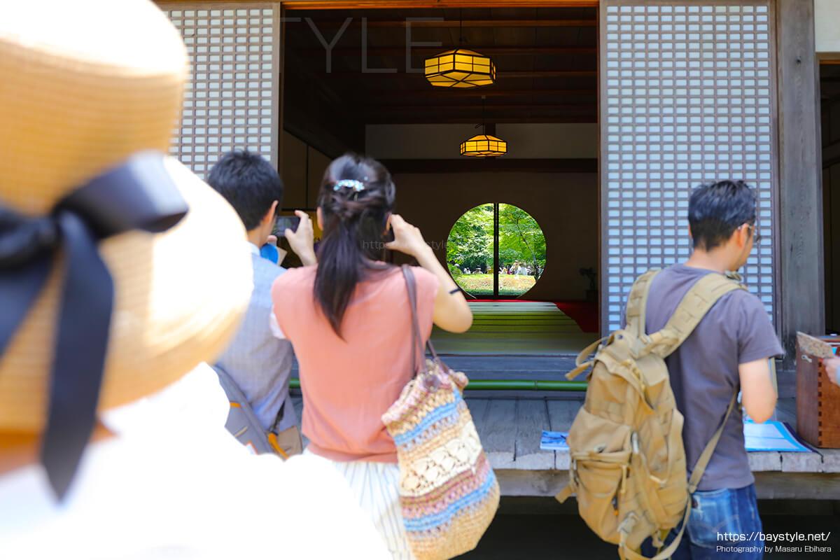 円窓を撮影する人