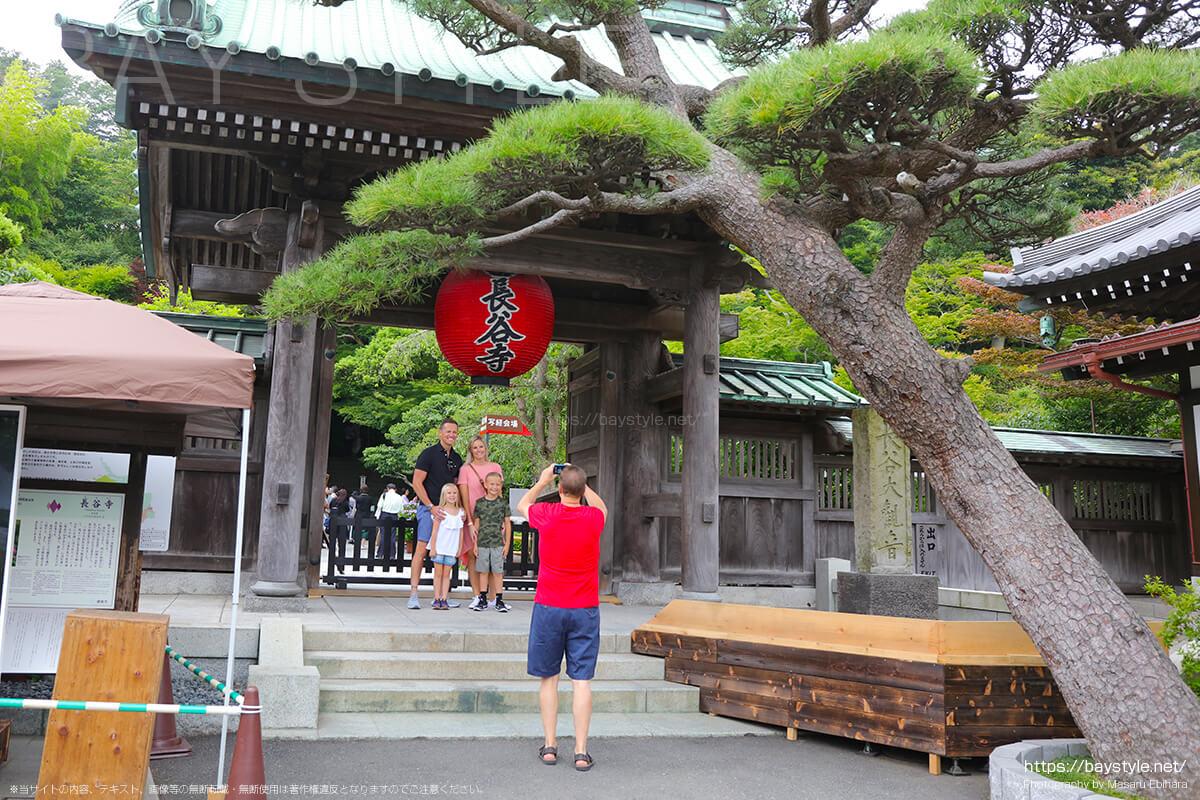 あじさいが見頃となる6月15日に長谷寺を訪れる海外の観光客