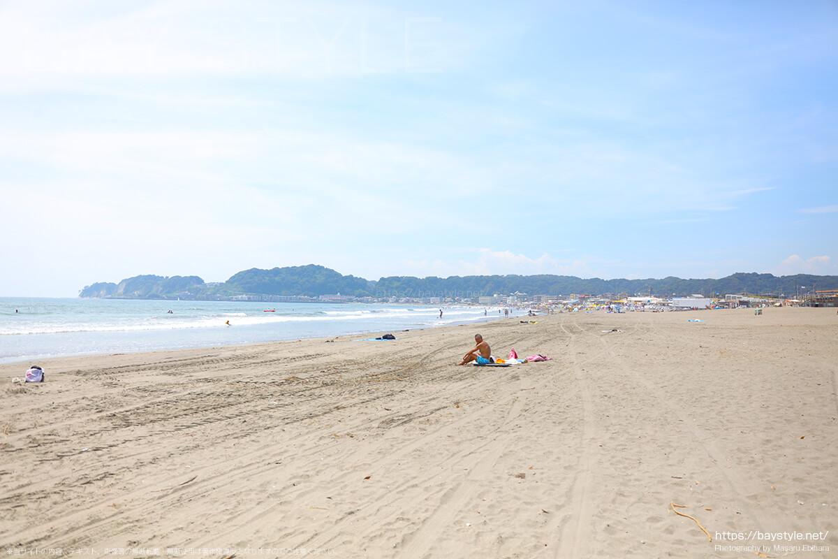 由比ヶ浜海水浴場と材木座海水浴場の海の家が広がる中間に位置するビーチ(由比ヶ浜方面)
