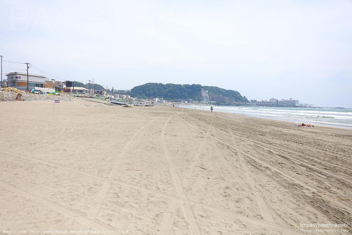 由比ヶ浜海水浴場と材木座海水浴場の海の家が広がる中間に位置するビーチ(材木座方面)