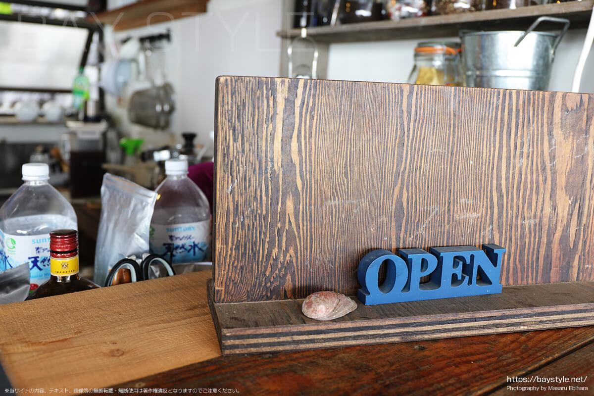 カウンター受付前にある「OPEN」の看板