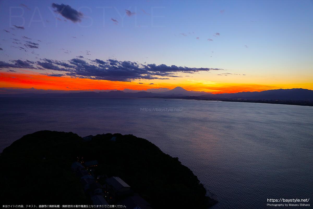 2018年8月17日 19時03分の江ノ島シーキャンドルからの夕暮れ