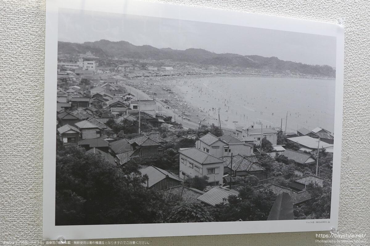 昭和41年8月21日に撮影された成就院から見た由比ヶ浜海水浴場、材木座海岸海水浴場の様子
