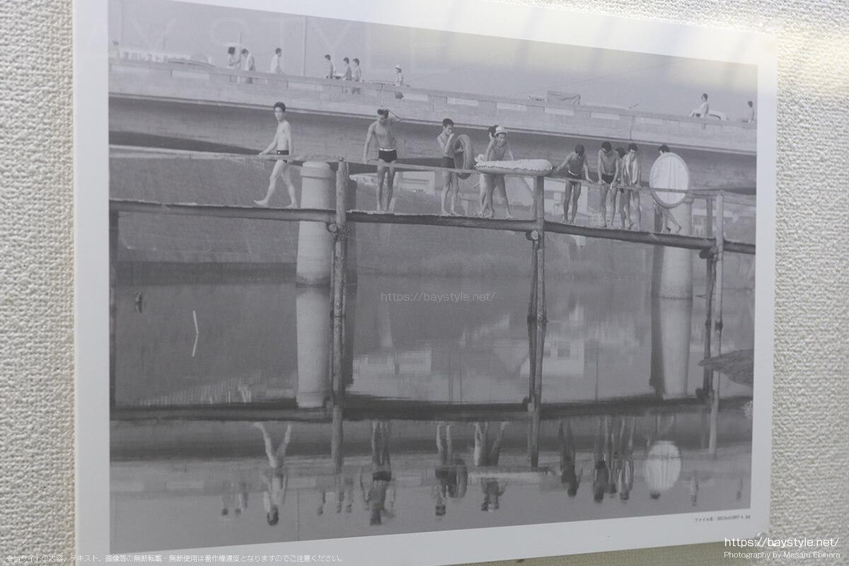 昭和41年8月7日に撮影された滑川の河口に架かる木造の橋の様子