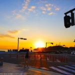 滑川の交差点で撮影した稲村ヶ崎に沈む夕日