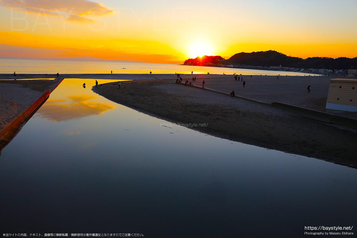 由比ヶ浜海水浴場の夕暮れの夕日