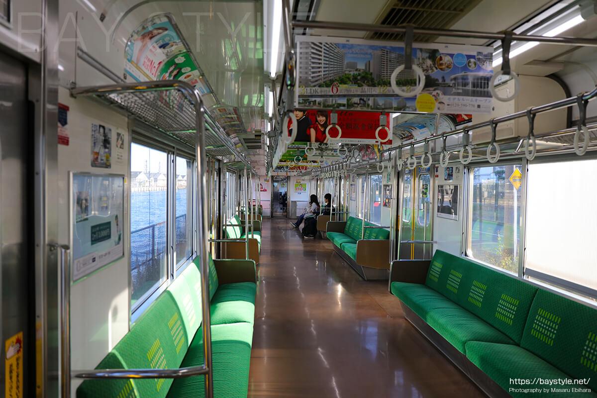 海芝浦駅へと向う鶴見線の車内の様子