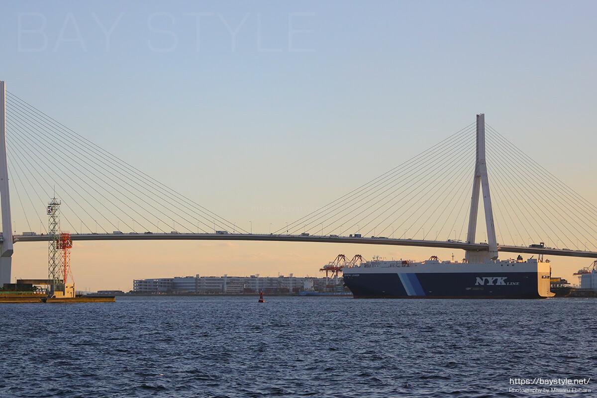 鶴見つばさ橋を通過する貨物船