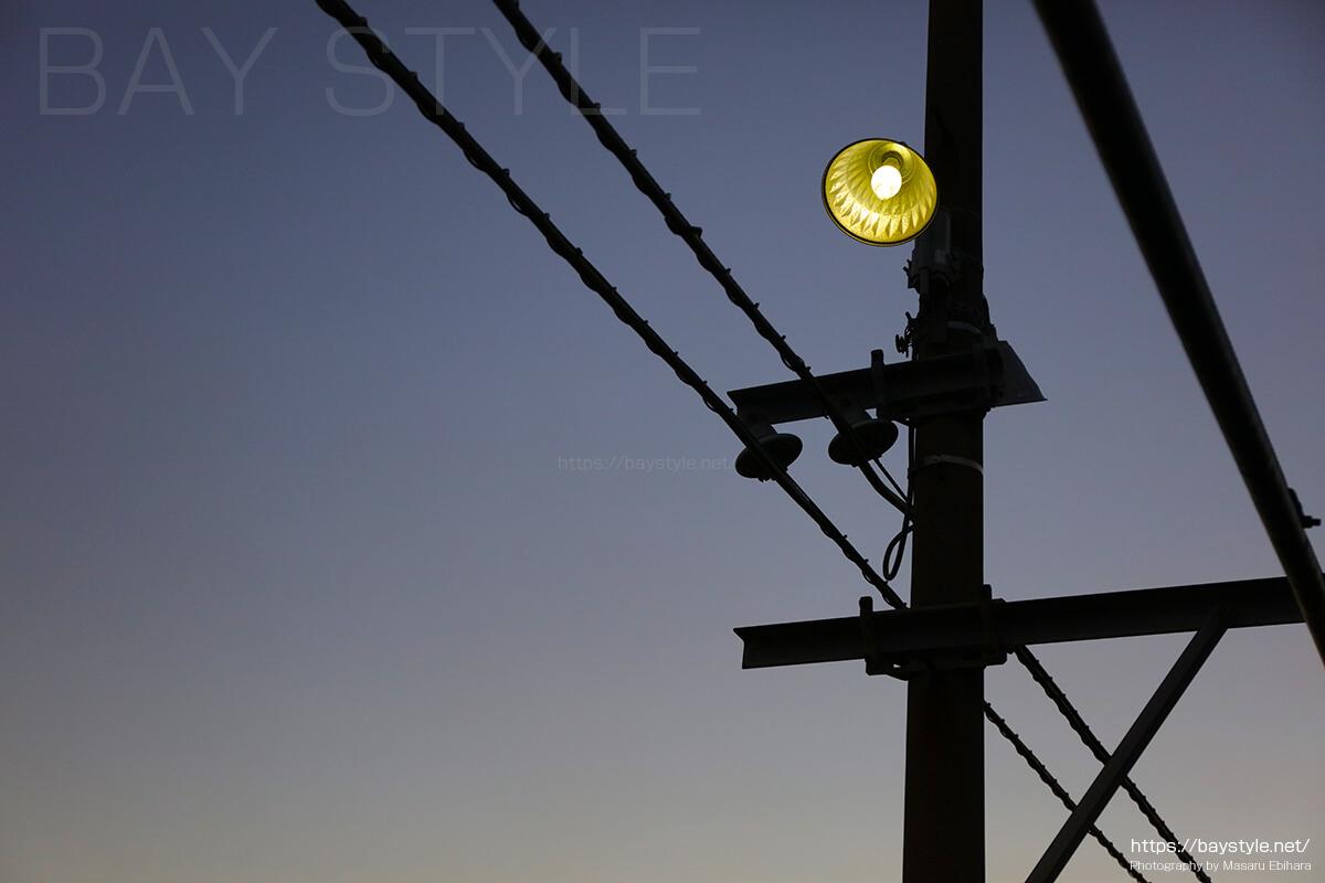 海芝浦駅ホームの灯り