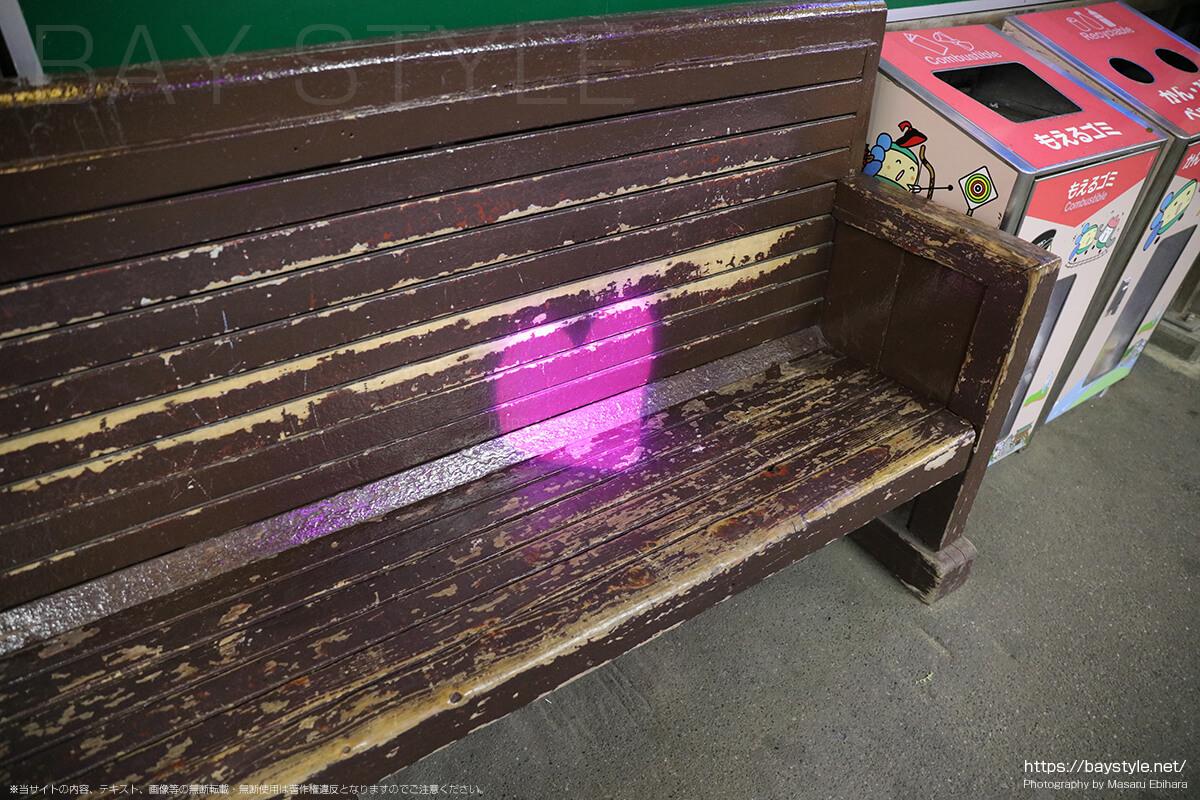 長谷駅のベンチにあるピンクのハートマーク