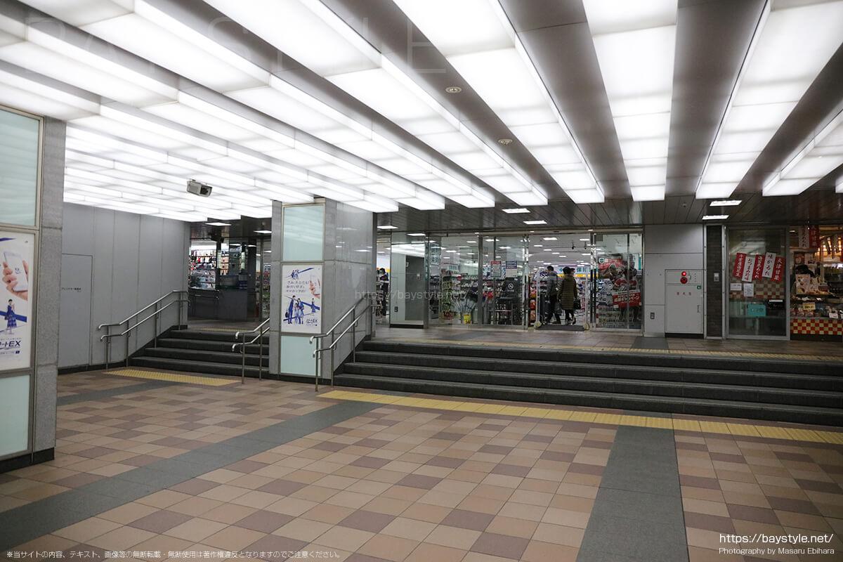 新横浜駅ビル1階(ぐるめストリート)のコインロッカーへ向う通路